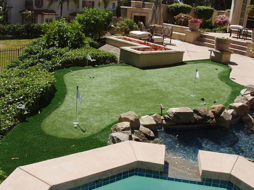 The 4 Best Backyard Putting Greens - Ideal Turf